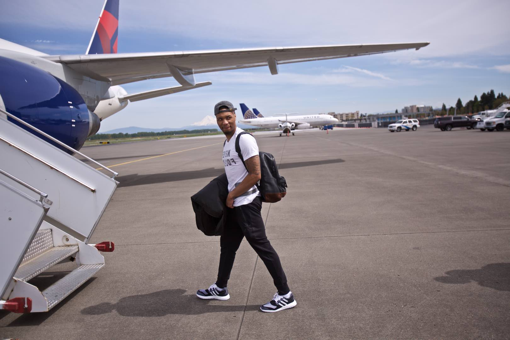 Photos team boards plane for games 1 and 2 in los angeles players coaches and staff load up for a first round matchup with the clippers voltagebd Images