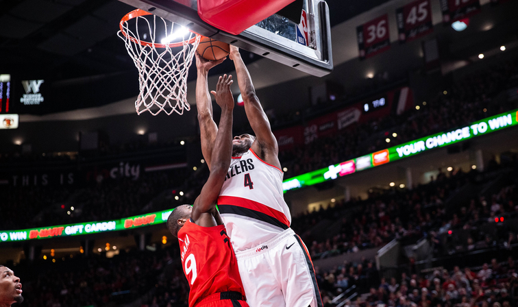 Leonard hits game-winner; Raps edge Blazers