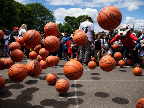 PHOTOS > 500 basketball giveaway for Go Hoop Day