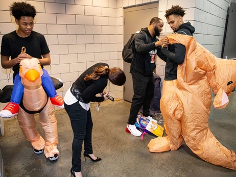 PHOTOS » Blazers arrive arena in Halloween costumes