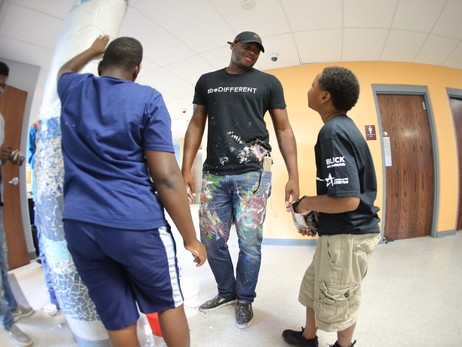 Desmond Mason Assists on Art Project in Milwaukee