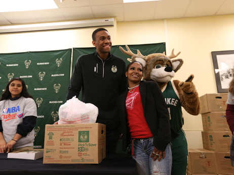 Jabari Parker Provides Thanksgiving Meals to Area Families