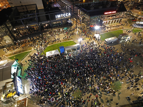Bucks Fans Pack Plaza For East Finals