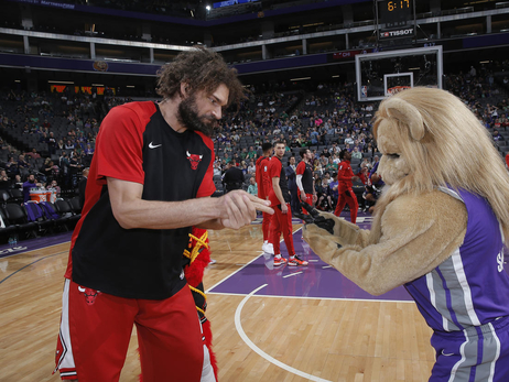 In Photos: Robin Lopez vs. Mascots
