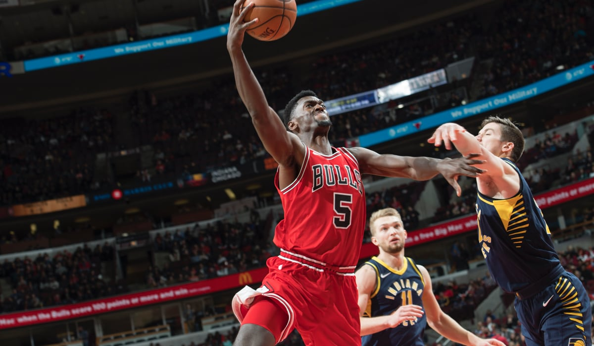 Bobby Portis drives to the hoop against Indiana Pacers