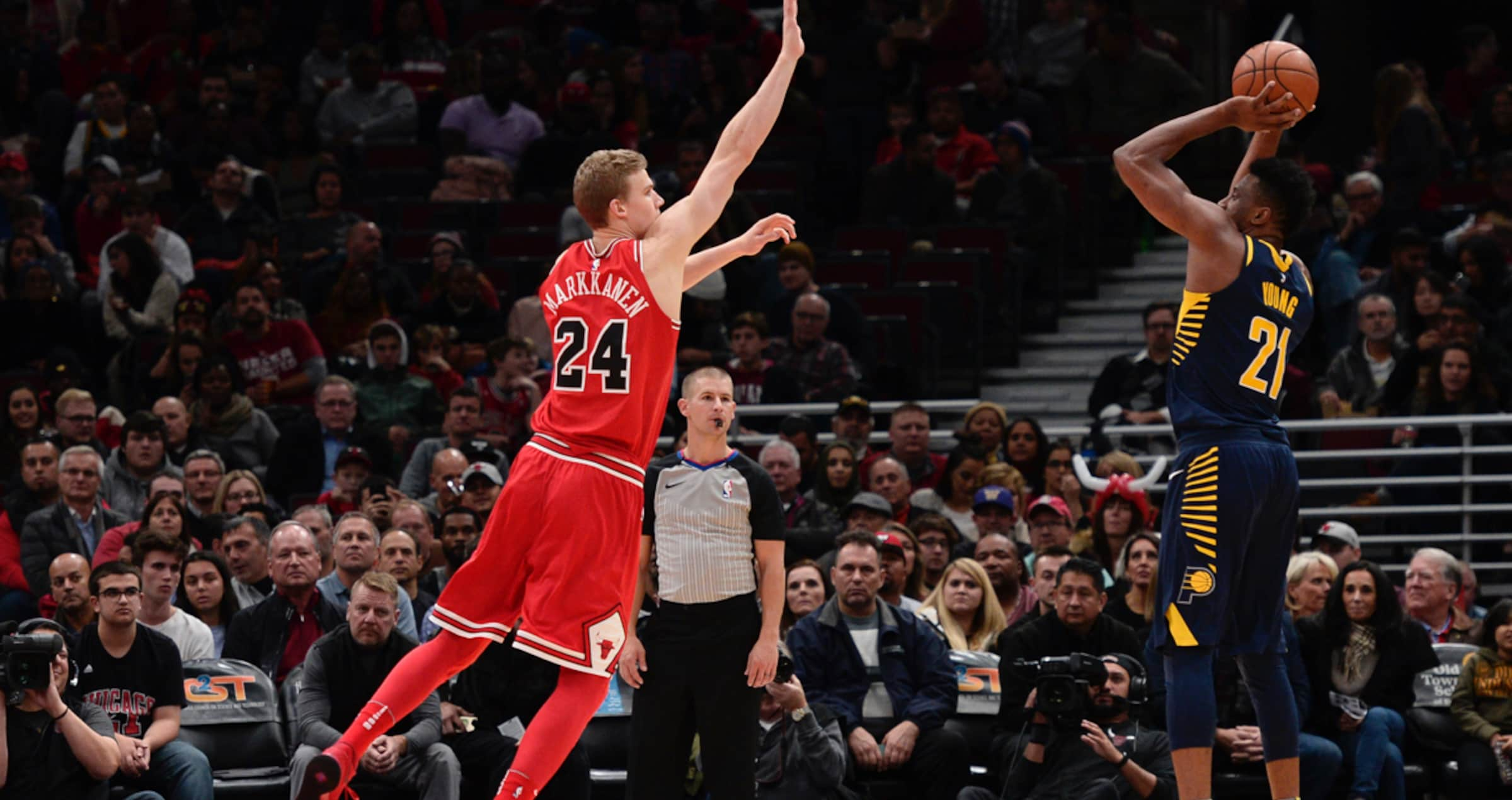 Lauri Markkanen defends against Thaddeus Young of the Indiana Pacers