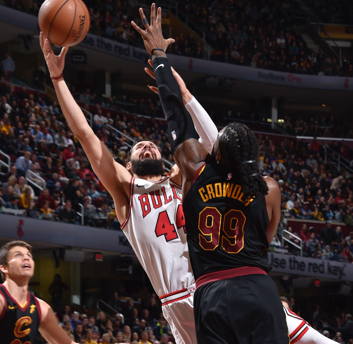 Nikola Mirotic attacks to the rim against the Cleveland Cavaliers