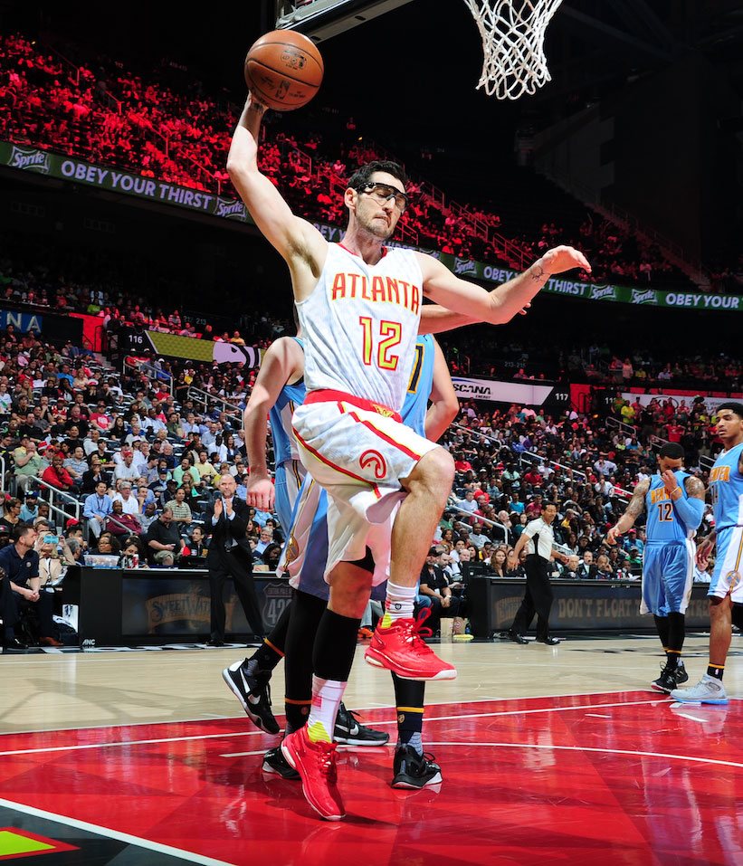 Kirck Hinrich of the Atlanta Hawks handles the ball.