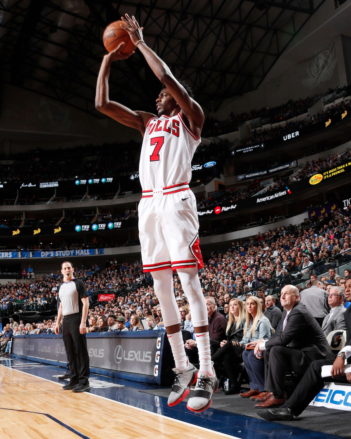 Justin Holiday #7 of the Chicago Bulls shoots the ball against the Dallas Mavericks