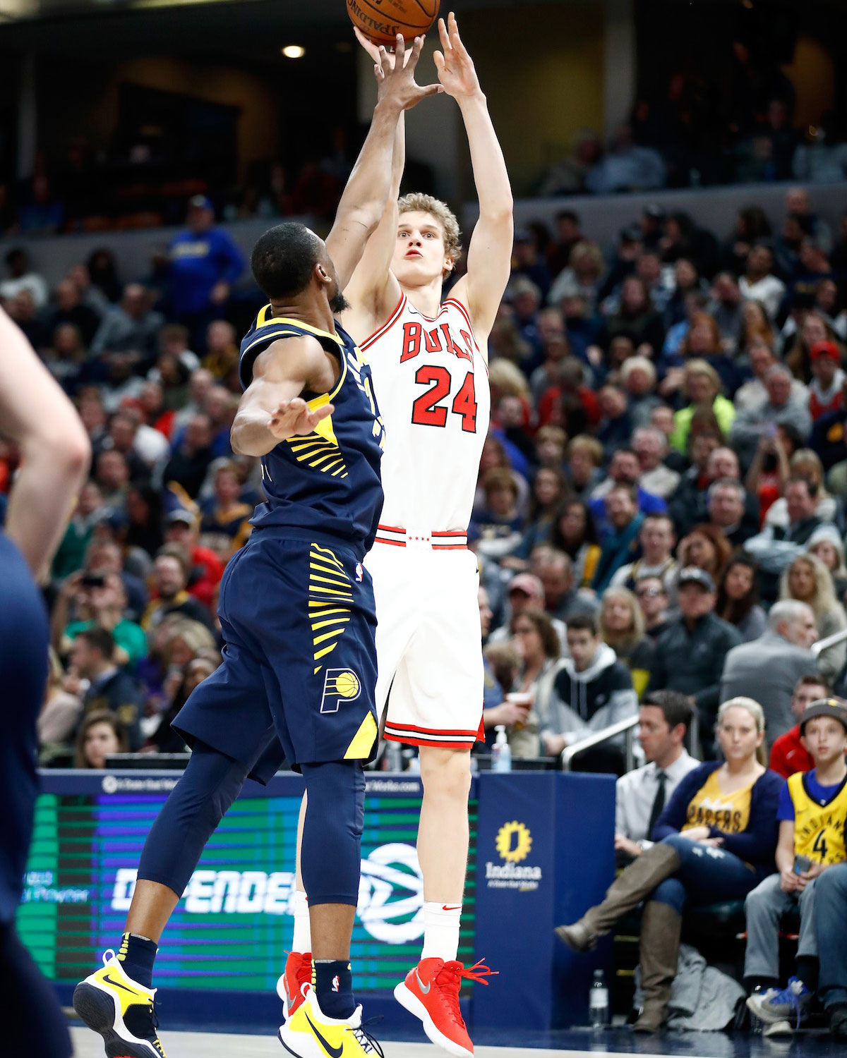 Lauri Markkanen shoots the ball.