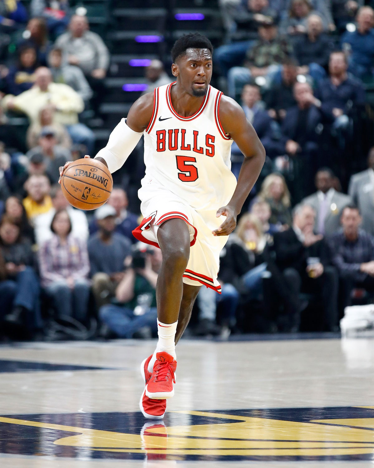 Bobby Portis dribbles the ball.