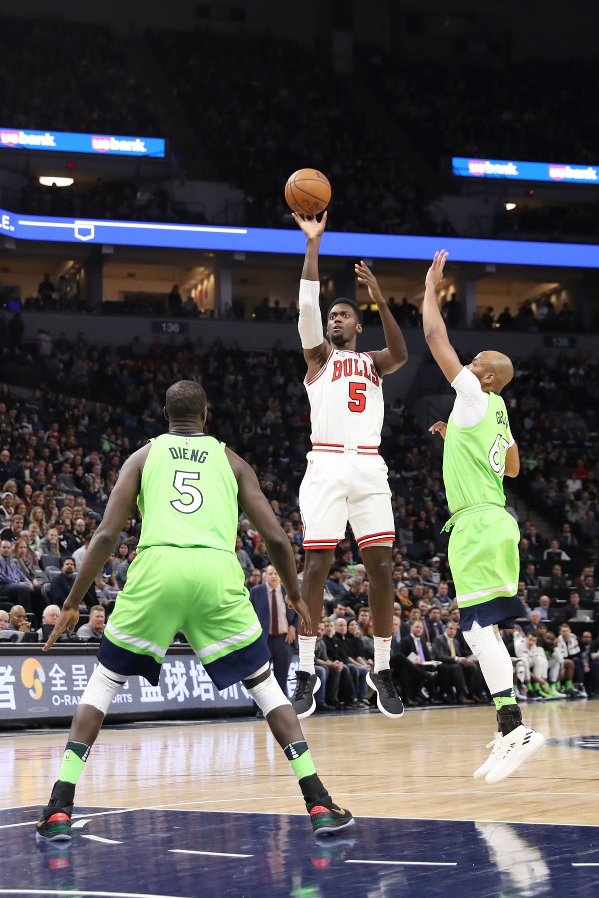 Bobby Portis #5 of the Chicago Bulls shoots the ball during the game against the Minnesota Timberwolves