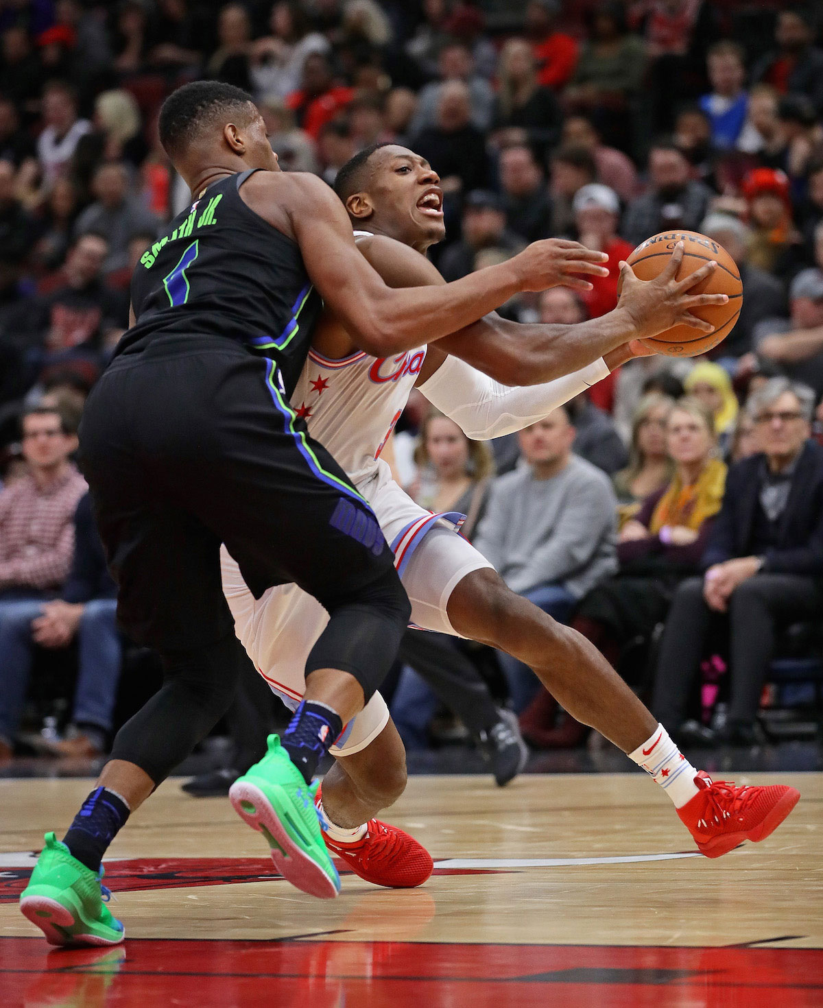 Kris Dunn #32 of the Chicago Bulls drievs against Dennis Smith Jr. #1 of the Dallas Mavericks