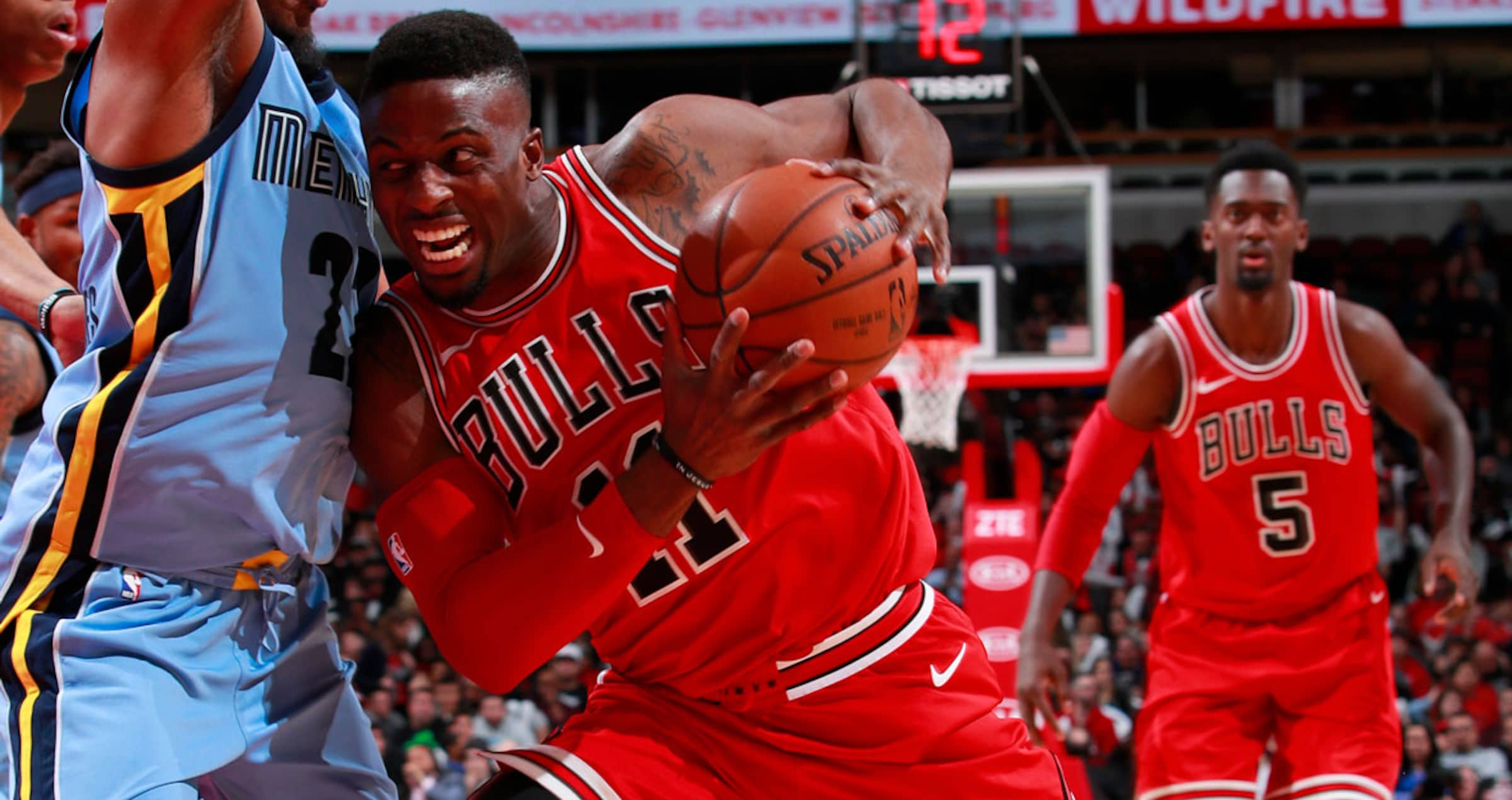 David Nwaba of the Bulls drives the ball against Grizzlies.