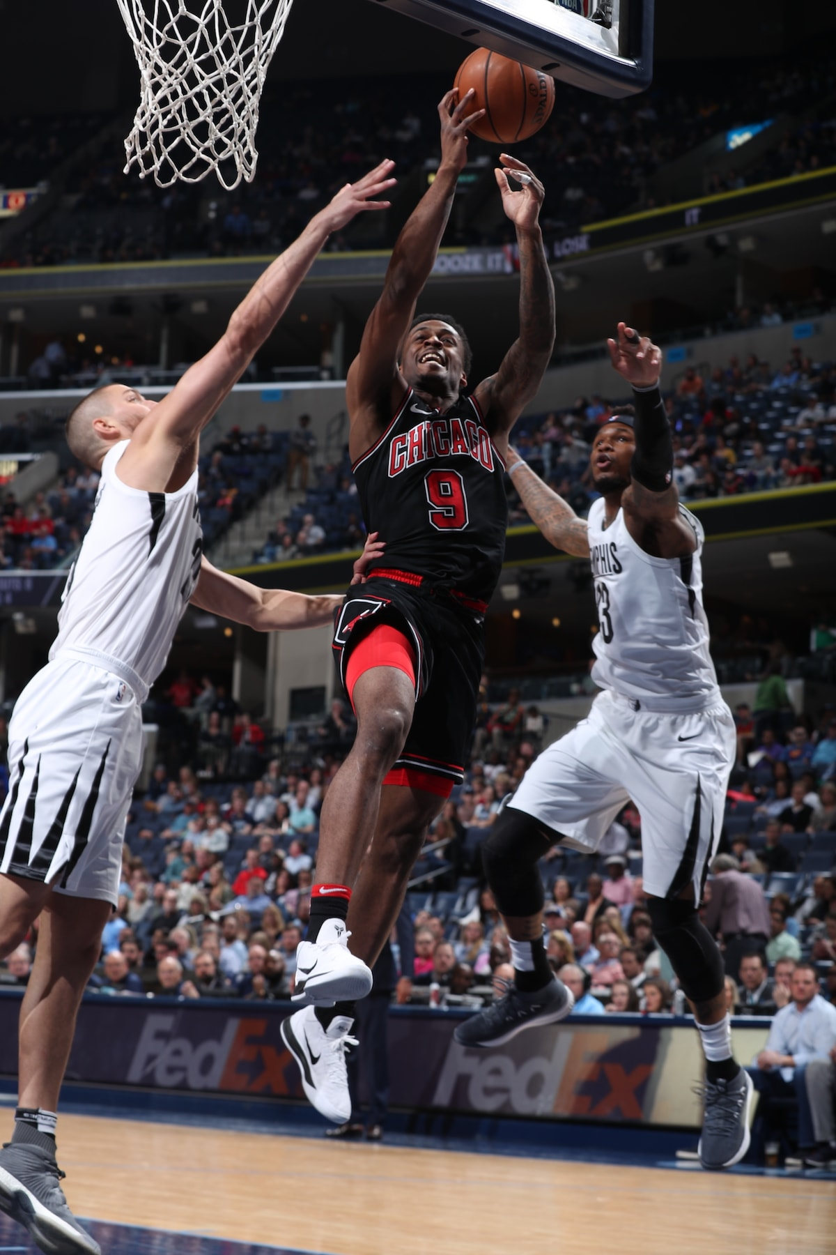Antonio Blakeney #9 of the Chicago Bulls drives to the basket during the game against the Memphis Grizzlies
