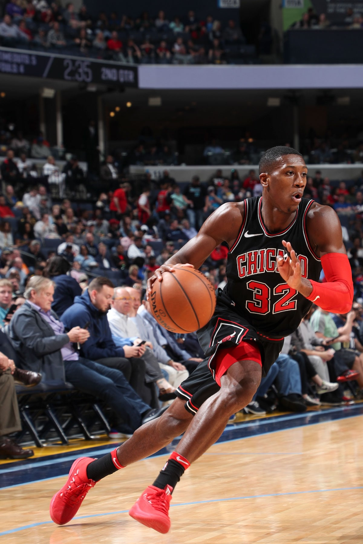 Kris Dunn #32 of the Chicago Bulls handles the ball during the game against the Memphis Grizzlies on March 15, 2018