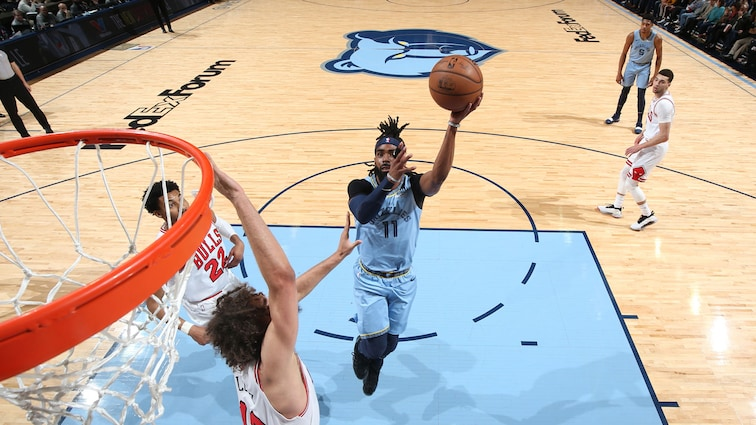 Mike Conley of the Grizzlies shoots in a game against the Bulls