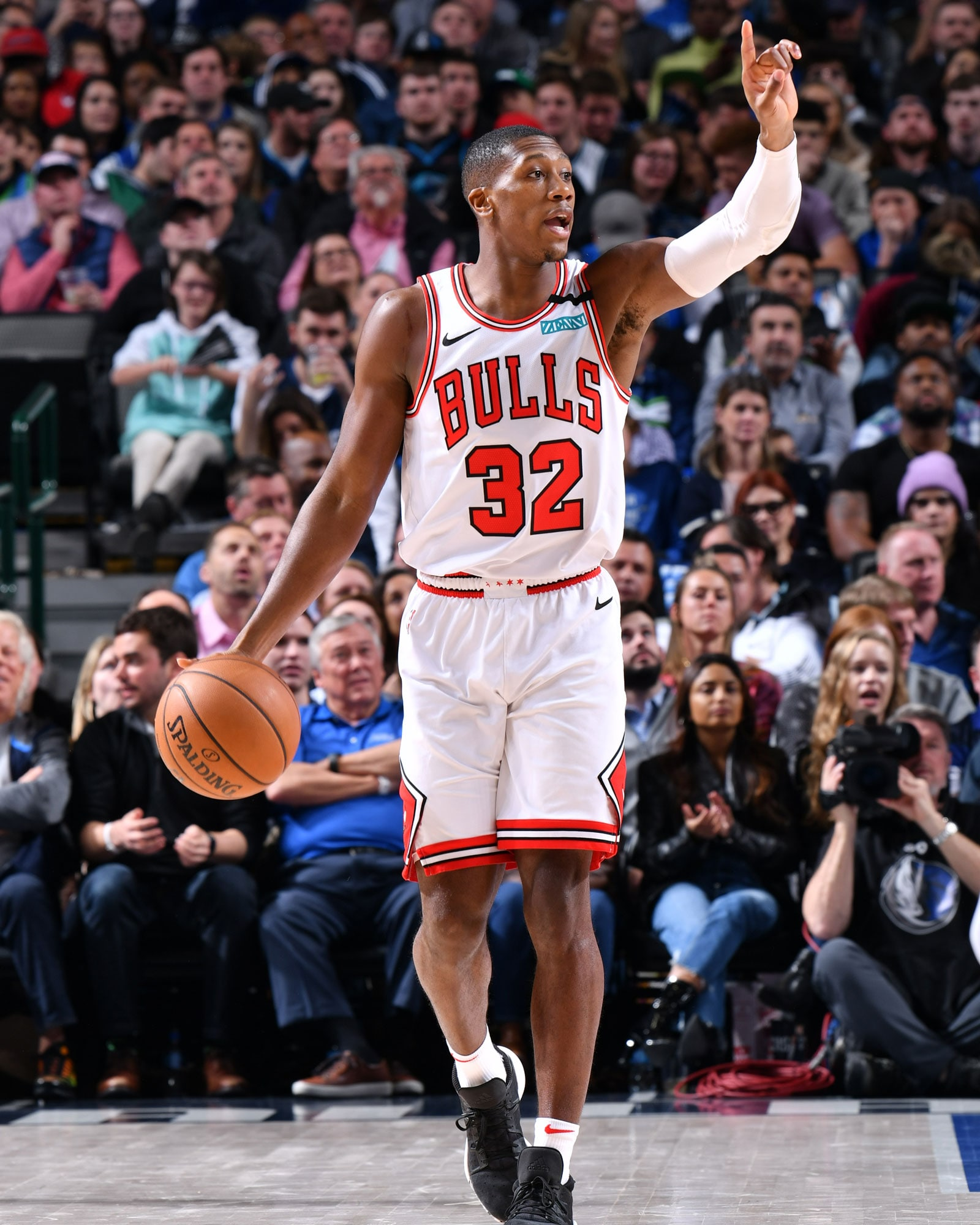 Kris Dunn dribbles the ball against Dallas