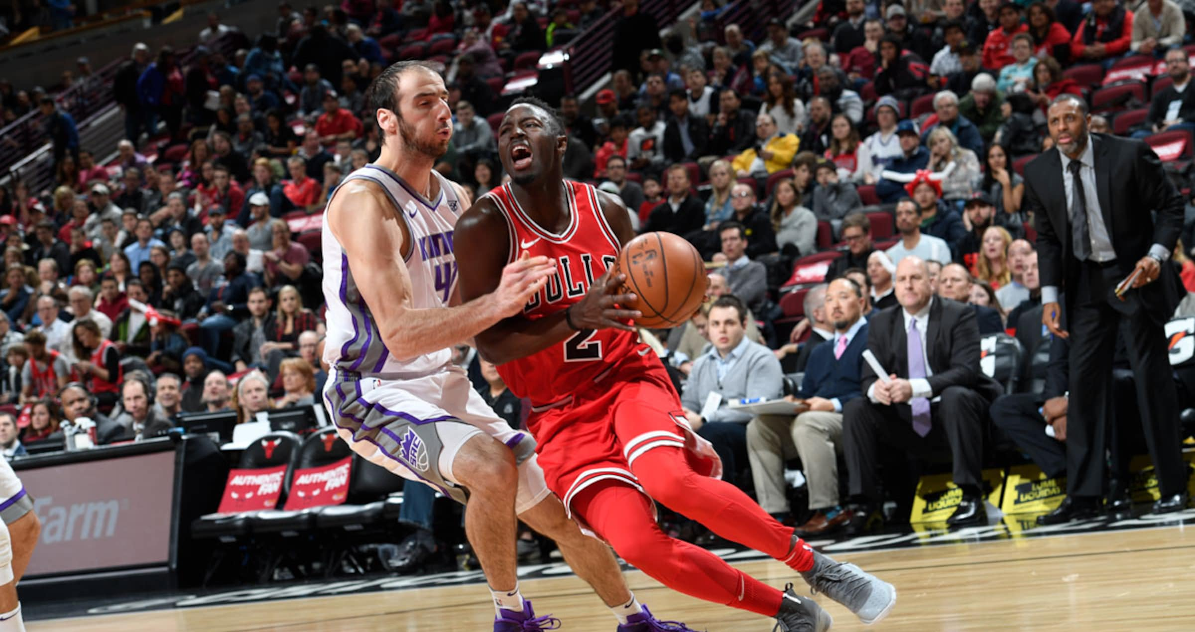 Jerian Grant of the Chicago Bulls handles the ball against Kosta Koufos of the Sacramento Kings, December 1, 2017 at the United Center
