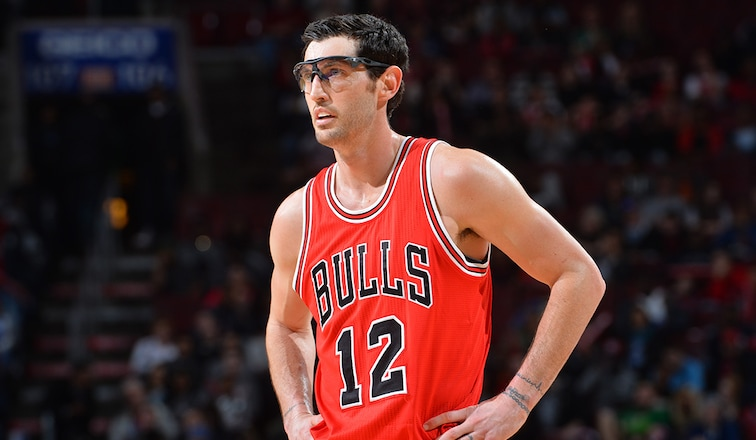Kirk Hinrich exercises his player option