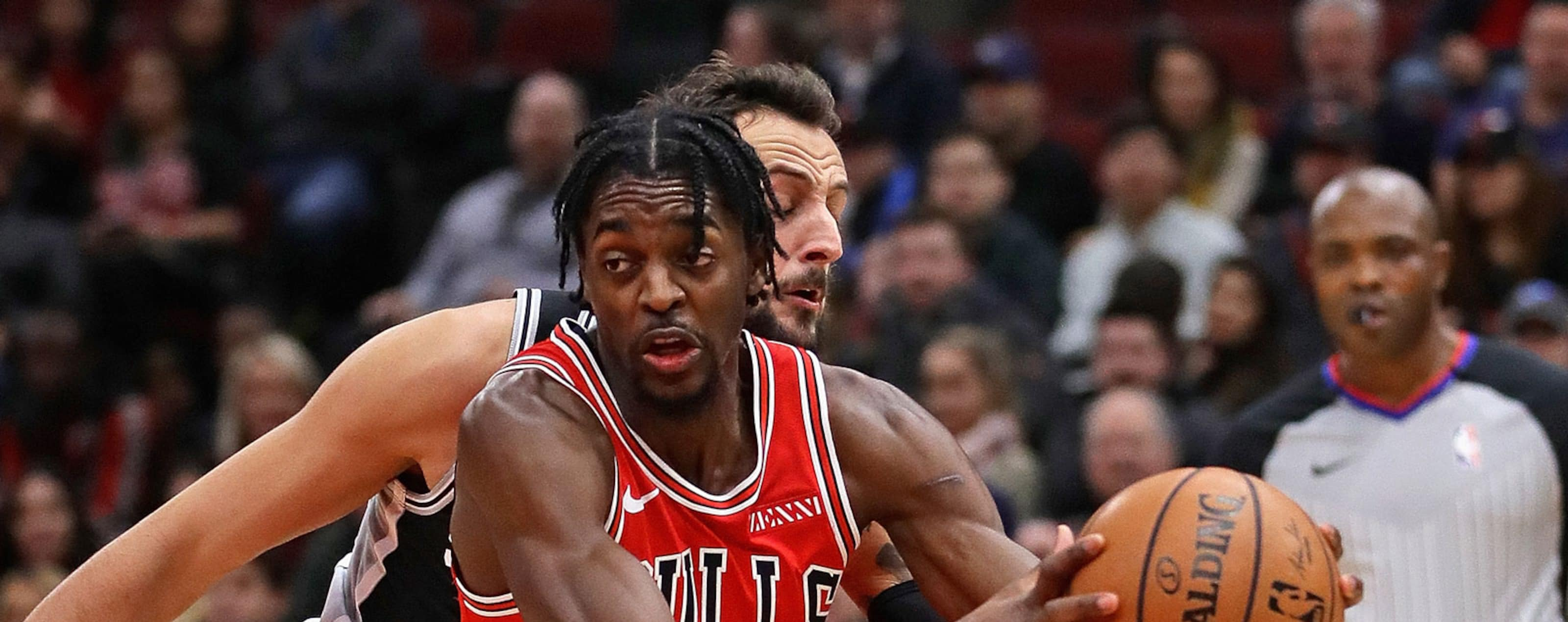Justin Holiday #7 of the Chicago Bulls drives past Marco Belinelli #18 of the San Antonio Spurs at the United Center on November 26, 2018 in Chicago, Illinois.