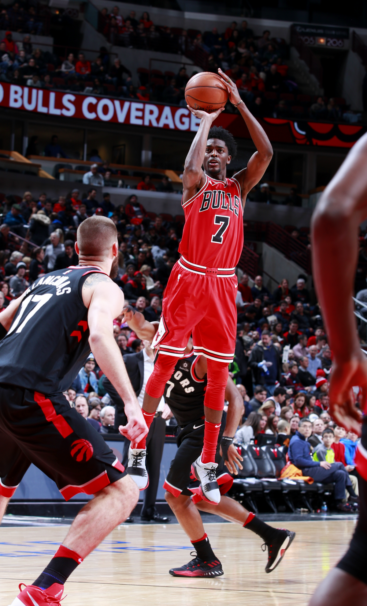 Justin Holiday #7 of the Chicago Bulls shoots the ball during the game against the Toronto Raptors on January 3, 2018 at the United Center in Chicago, Illinois.