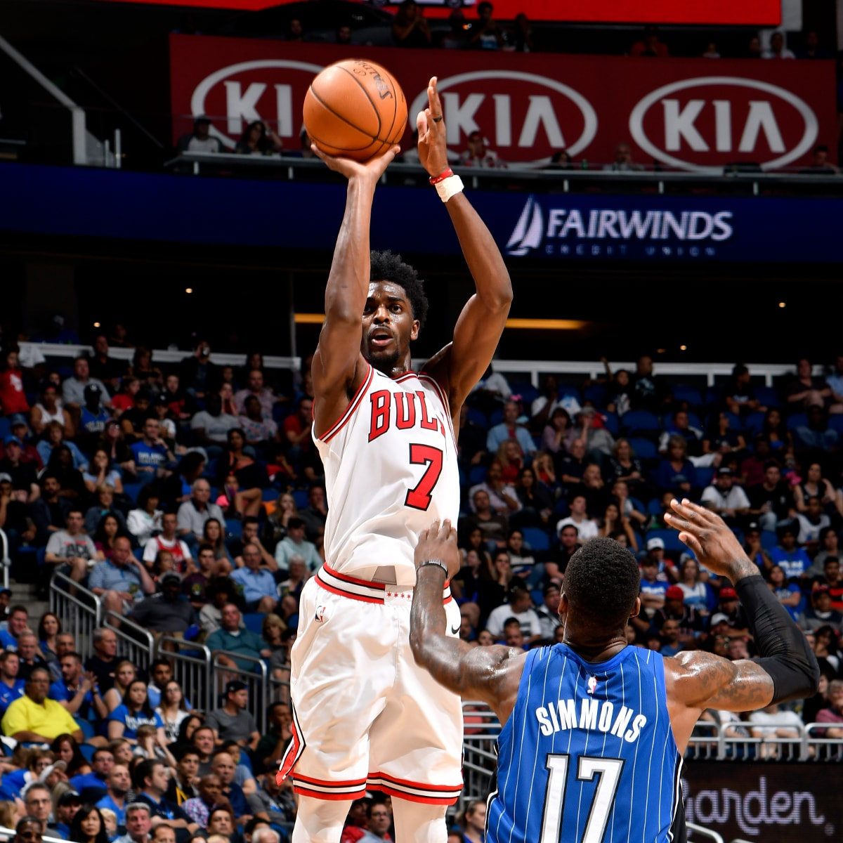 Justin Holiday #7 of the Chicago Bulls shoots the ball during the game against the Orlando Magic on November 3, 2017 at Amway Center in Orlando, Florida.