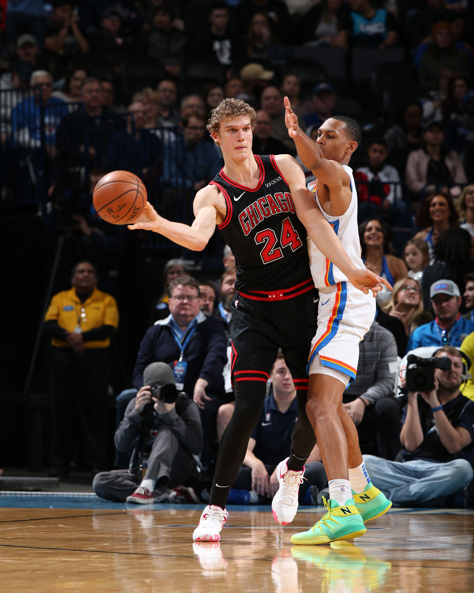 Lauri Markkanen looking to pass the ball against the Thunder
