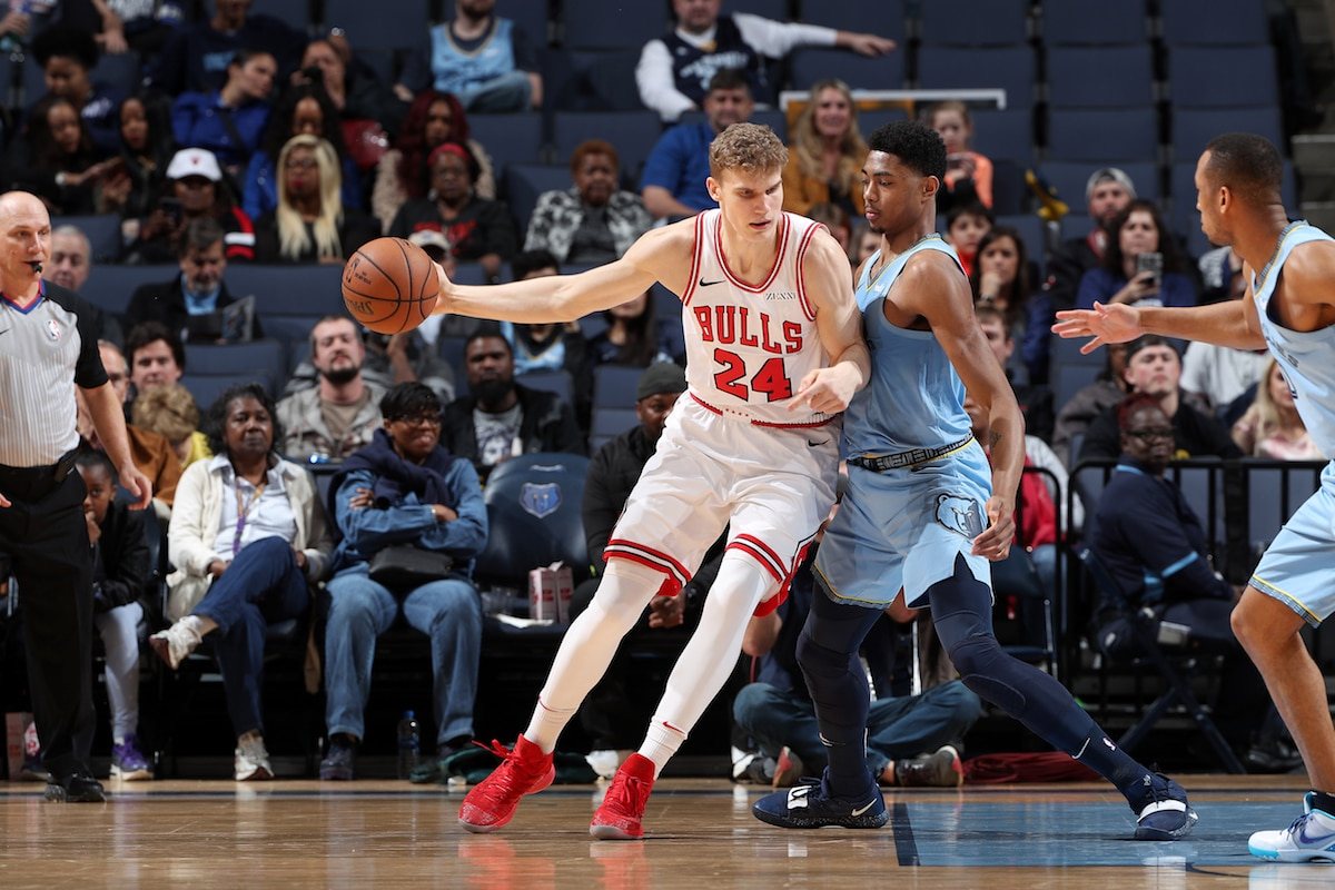 Lauri Markkanen dribbles against the Memphis Grizzlies