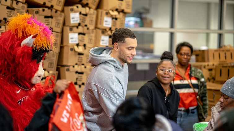 LaVine donates to the Food Depository