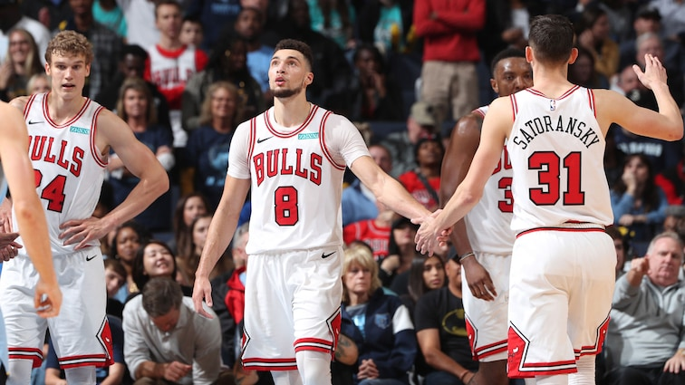Zach LaVine high fives Tomas Satoransky during the Bulls vs. Grizzlies game