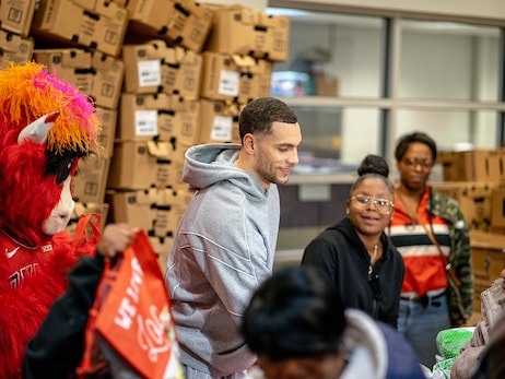 Zach LaVine Gives Away 500 Thanksgiving Meals