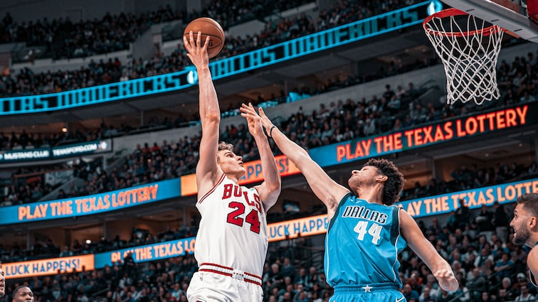 Lauri Markkanen shoots the ball against the Dallas Mavericks.