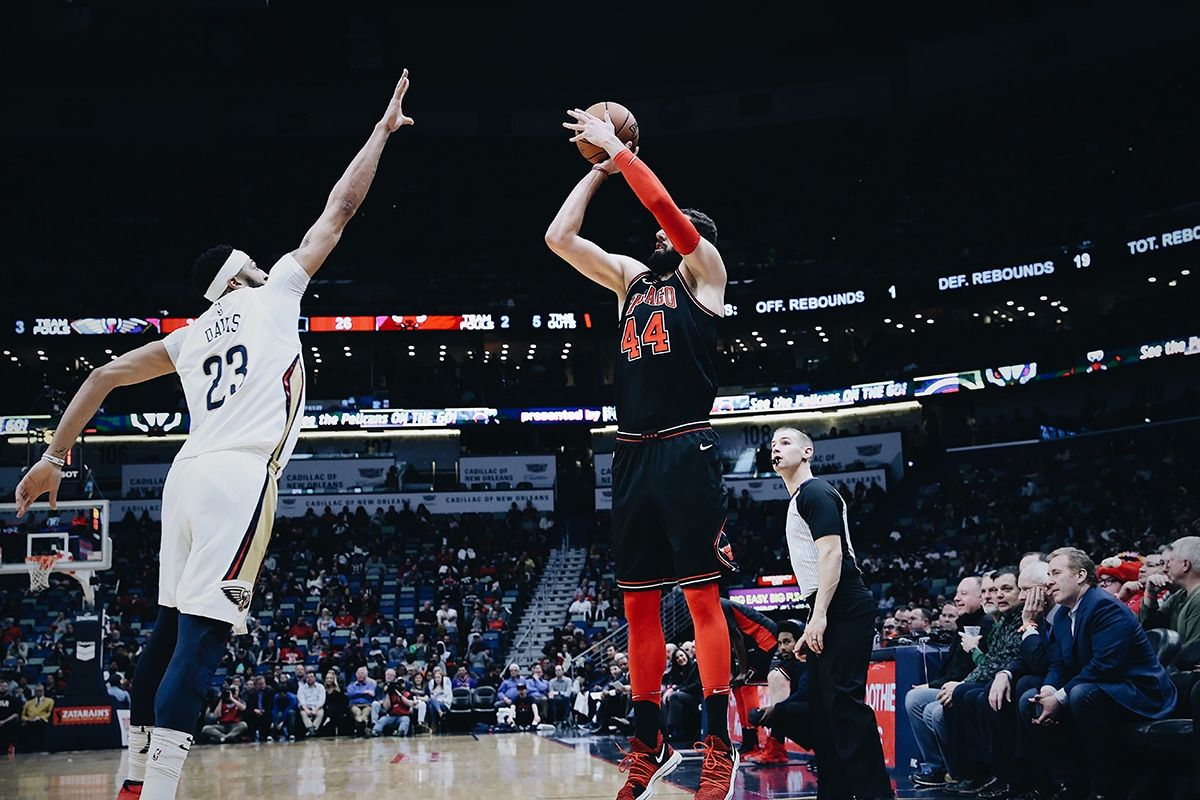 Mirotic shooting over Davis of the Pelicans