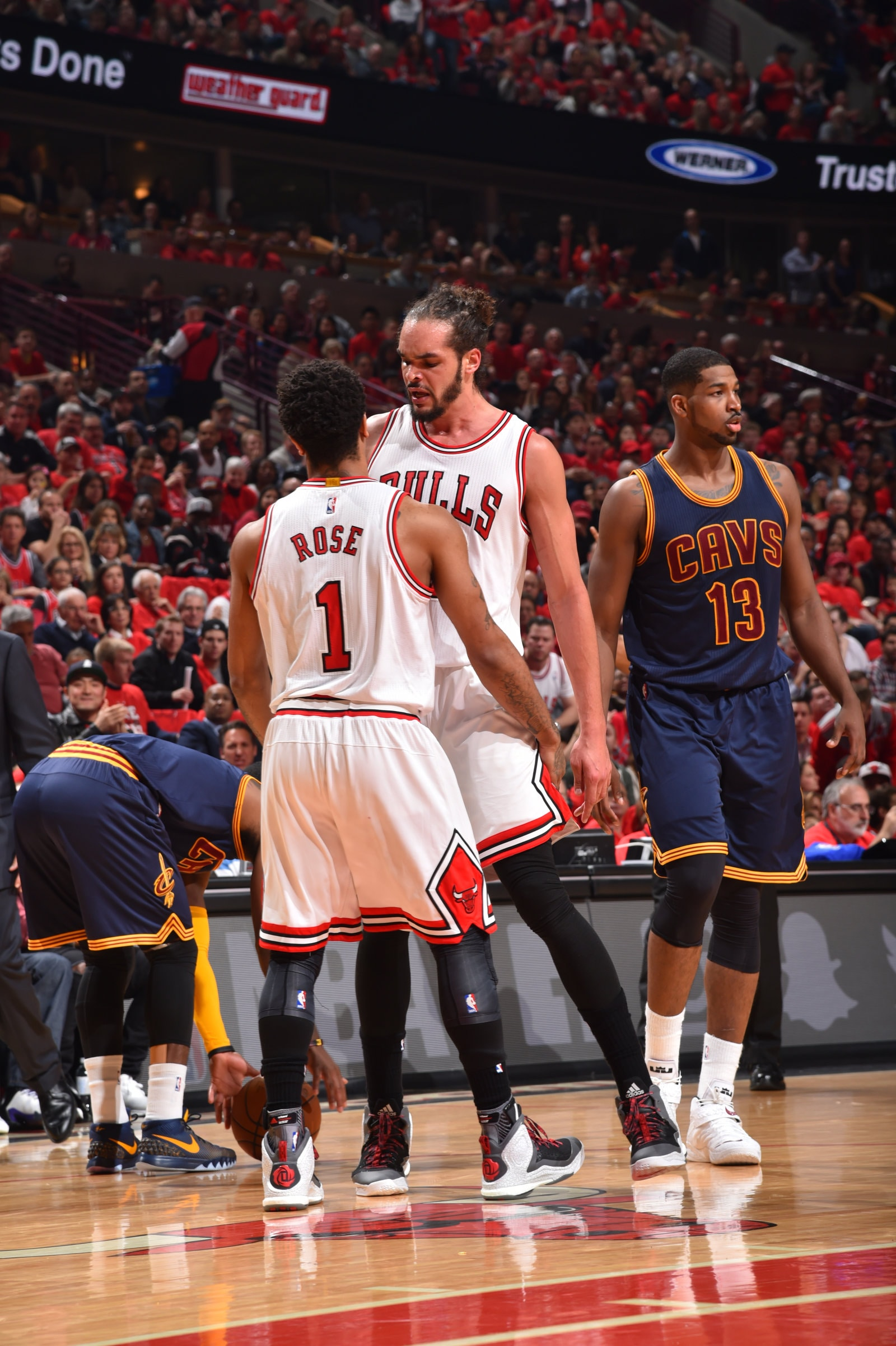 b139c9ce8bd Derrick Rose and Joakim Noach check into game against Cavaliers.