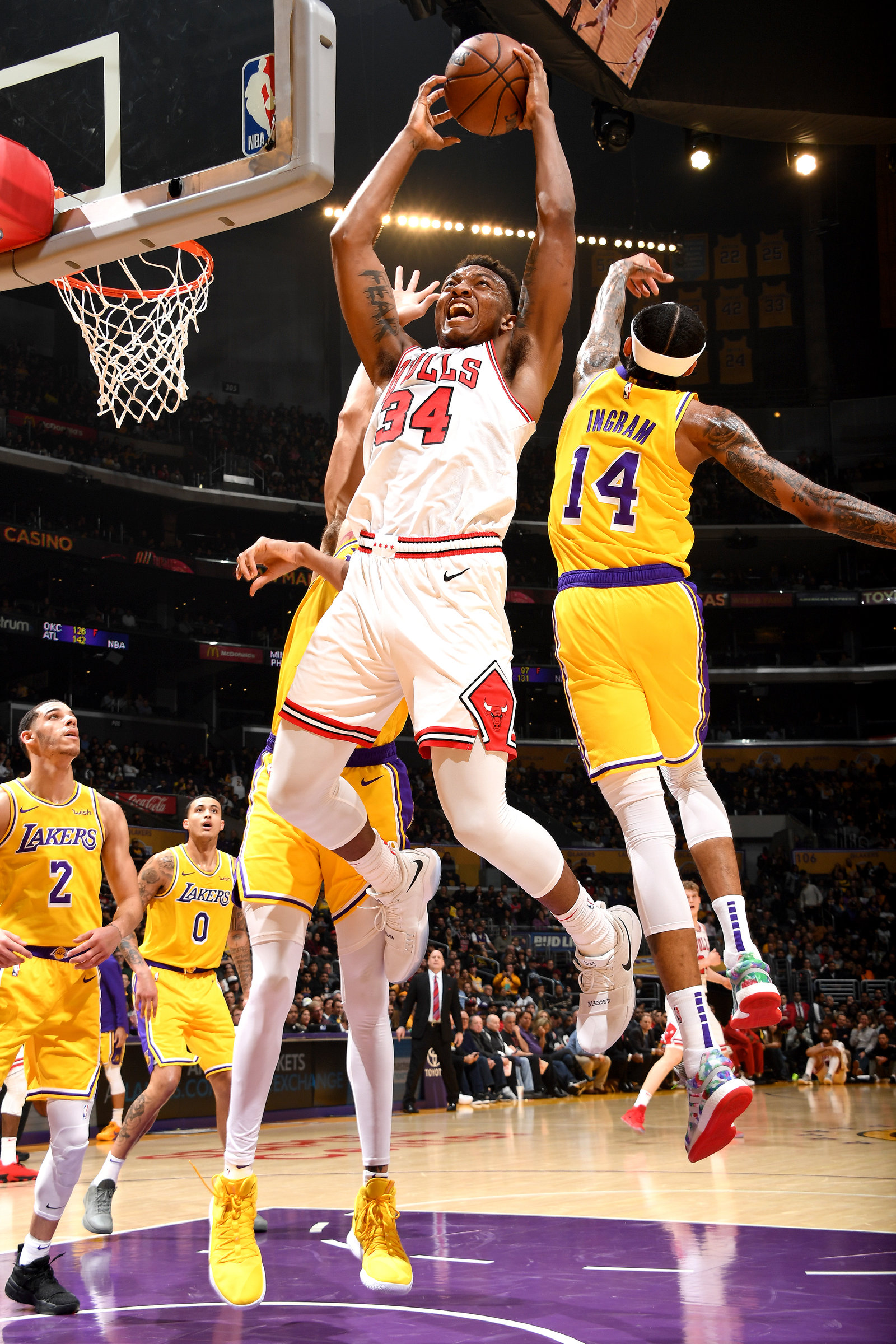 Wendell Carter Jr. scores against the Lakers