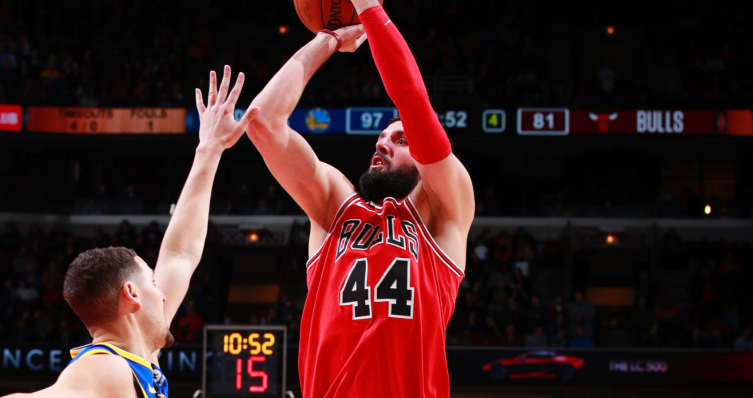 Nikola Mirotic shoots over Klay Thompson of the Golden State Warriors