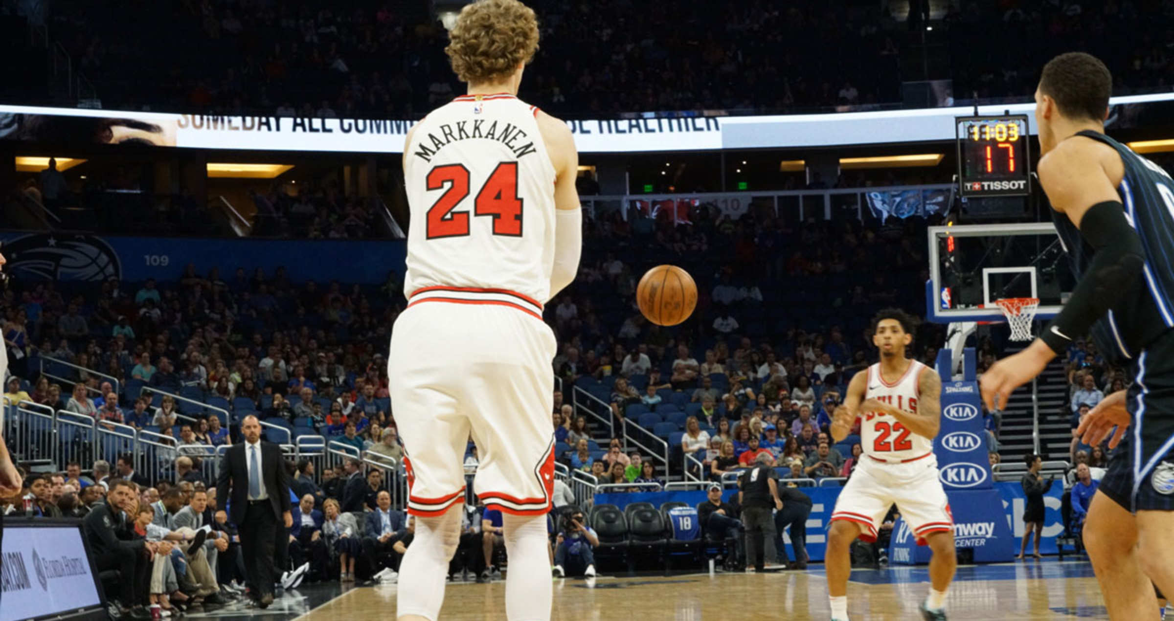 Markkanen passes the ball to Payne in a game against the Orlando Magic.