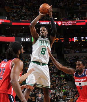 Brandon Bass challenges Carmelo Anthony's shot