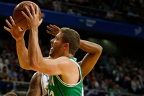 David Lee shoots a layup in Madrid