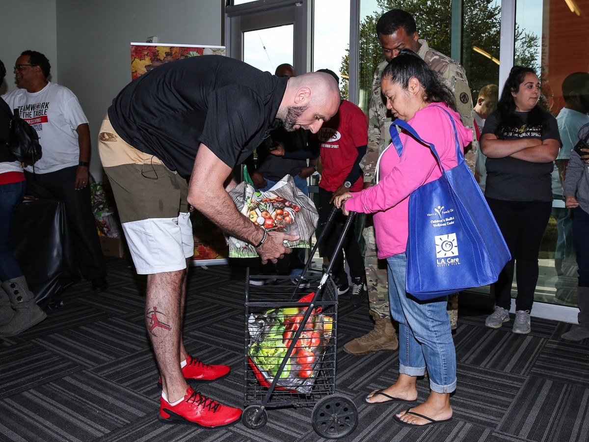 L A  Clippers Foundation Feeds 500 Families At 30th Annual Teamwork