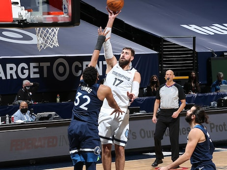 Jonas Valanciunas drives to the basket during the game against the Minnesota Timberwolves.