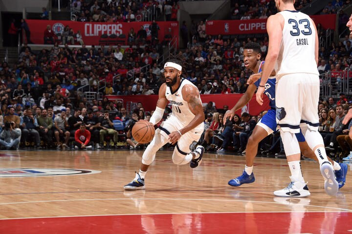 LOS ANGELES, CA - NOVEMBER 23: Mike Conley #11 of the Memphis Grizzlies handles the ball against the LA Clippers on November 23, 2018 at STAPLES Center in Los Angeles, California. (Adam Pantozzi/NBAE via Getty Images)