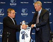 Jerry West welcomes Mike Fratello to the Grizzlies.