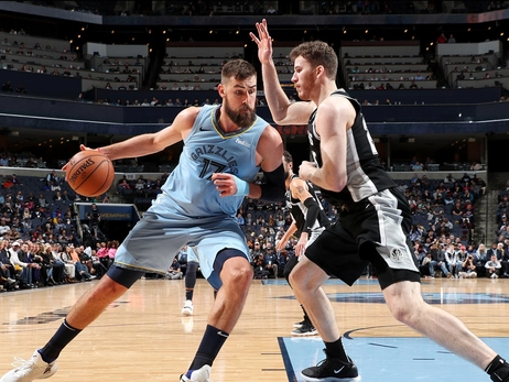 Jonas Valanciunas #17 of the Memphis Grizzlies handles the ball against the San Antonio Spurs on February 12, 2019 at FedExForum in Memphis, TN