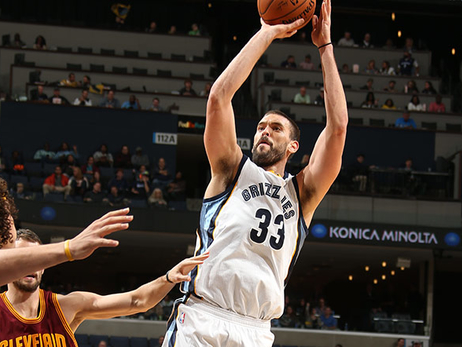 Marc Gasol shoots the fade-away