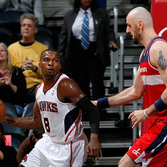 Shelvin Mack drives around Marcin Gortat.
