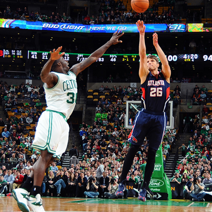 Kyle Korver extended his streak to 126 en route to a 17-point night in Boston.