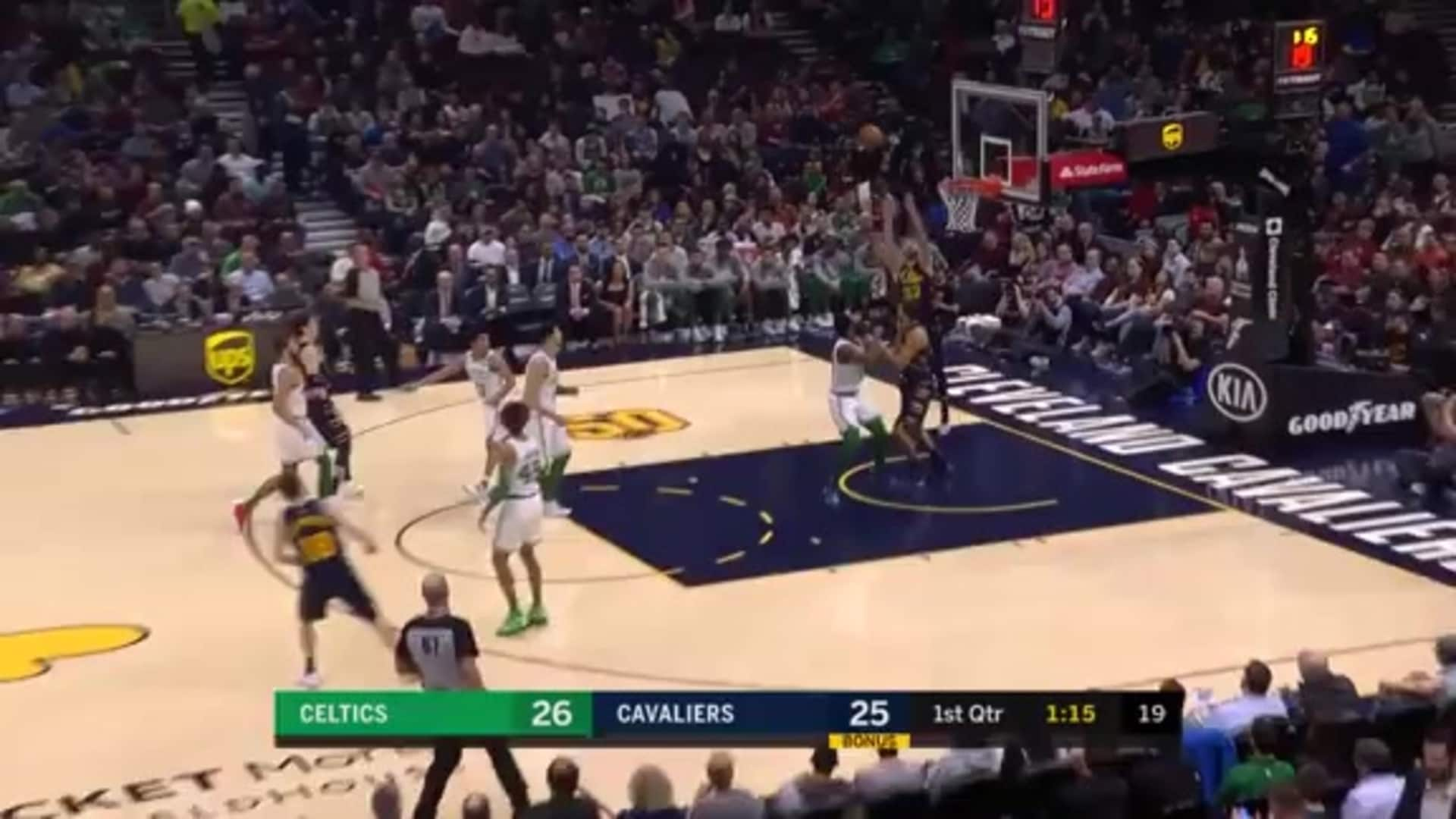 Delly Throws it Up Top to Dean Wade for the Oop