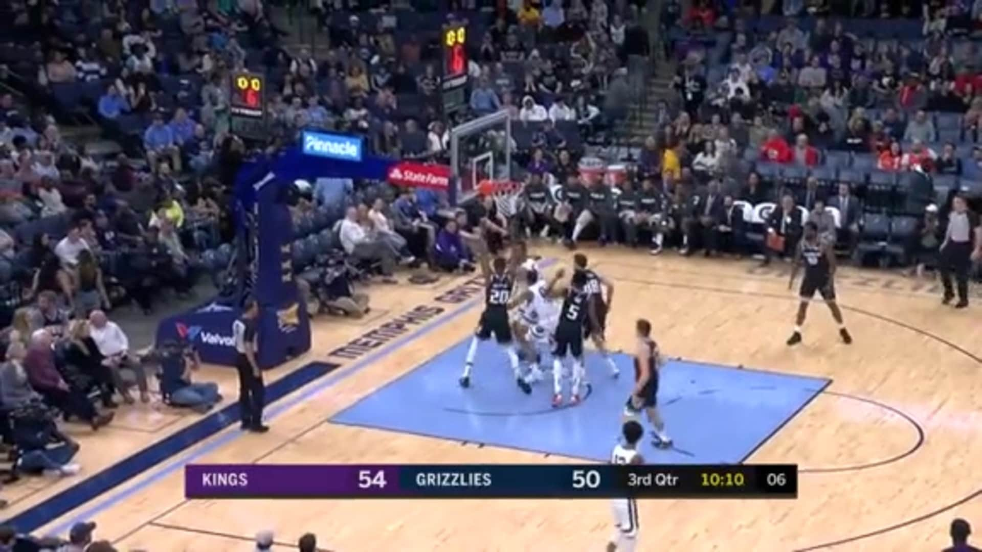 De'Anthony Melton serves a quick dish to Jonas in the paint